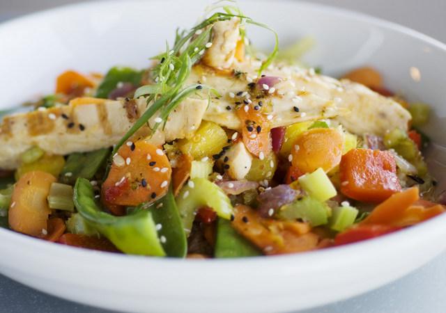 Вкусный салат из овощей и индейки на Новый год 2017
