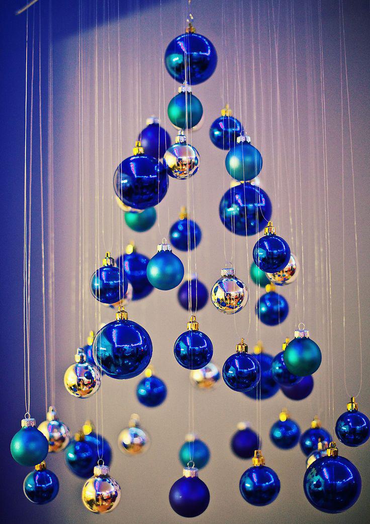 Подвесная елка из елочных шариков на Новый год 2018 своими руками.