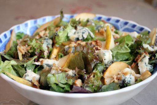 Салат с грушами и сыром «Дор Блю»