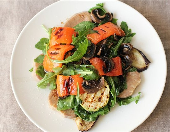 Салат из овощей и отварного языка.