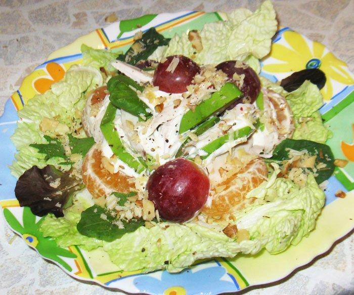 Куриный салат с авокадо и виноградом